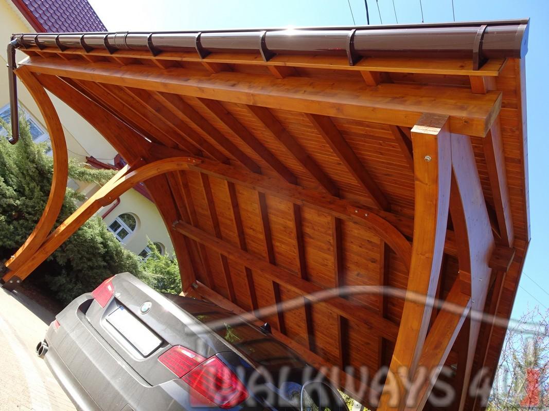 samochodowa wiata z drewna klejonego kryta gontem, carport
