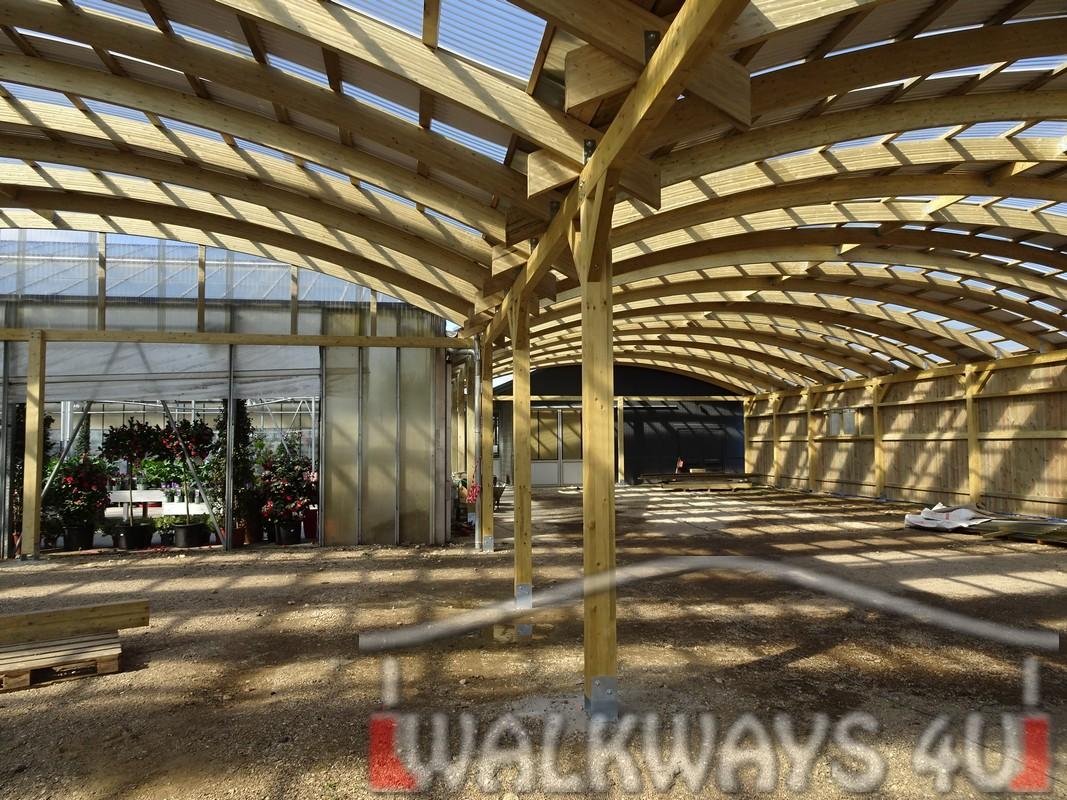Photo 27 . Innovations en constructions des b?timents en bois. Charpente poutres bois lamell? coll?, une couverture transparente polycarbonate