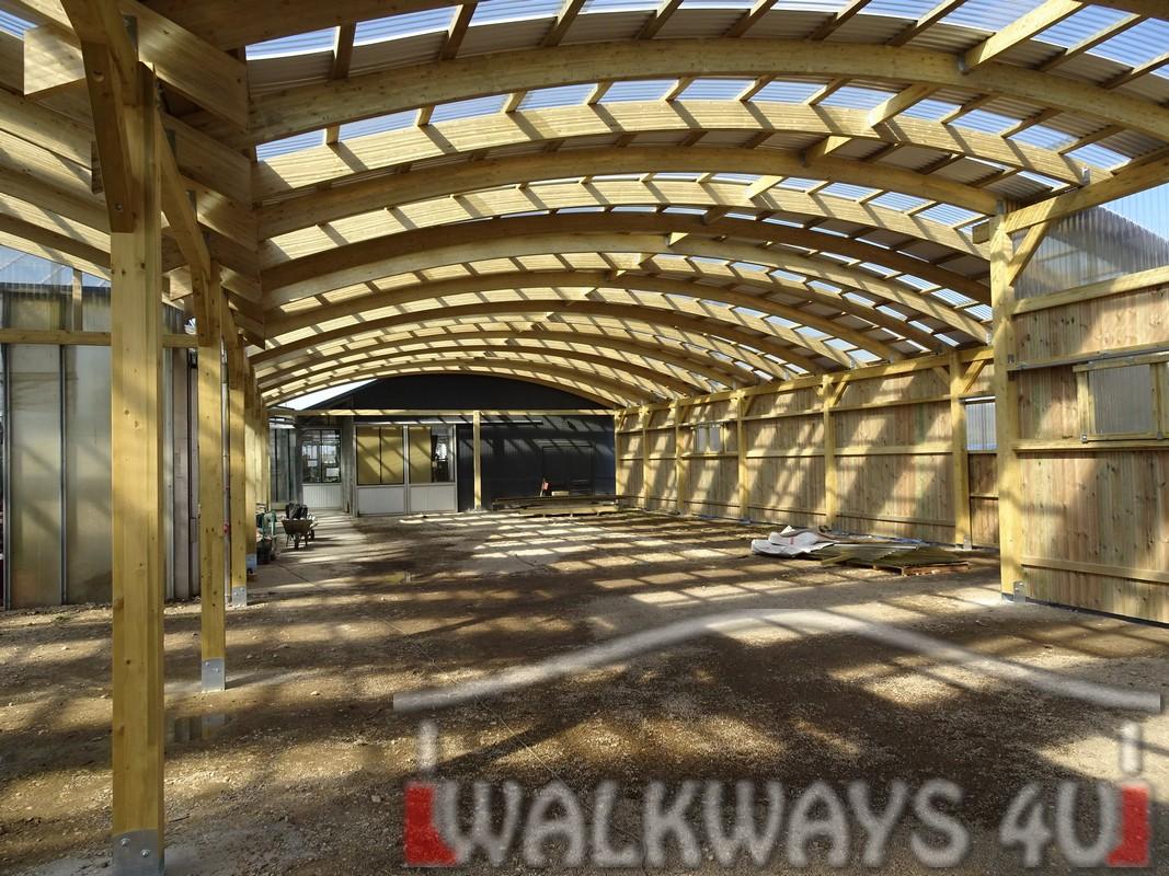 Photo 26 . Innovations en constructions des b?timents en bois. Charpente poutres bois lamell? coll?, une couverture transparente polycarbonate