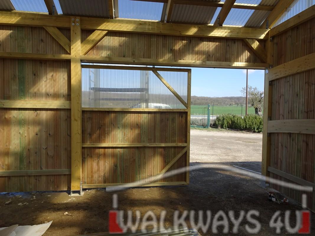Photo 24. Innovations en constructions des b?timents en bois. Charpente poutres bois lamell? coll?, une couverture transparente polycarbonate