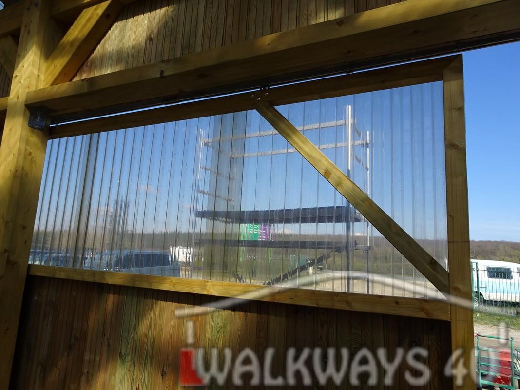 Photo 23 . Innovations en constructions des b?timents en bois. Charpente poutres bois lamell? coll?, une couverture transparente polycarbonate