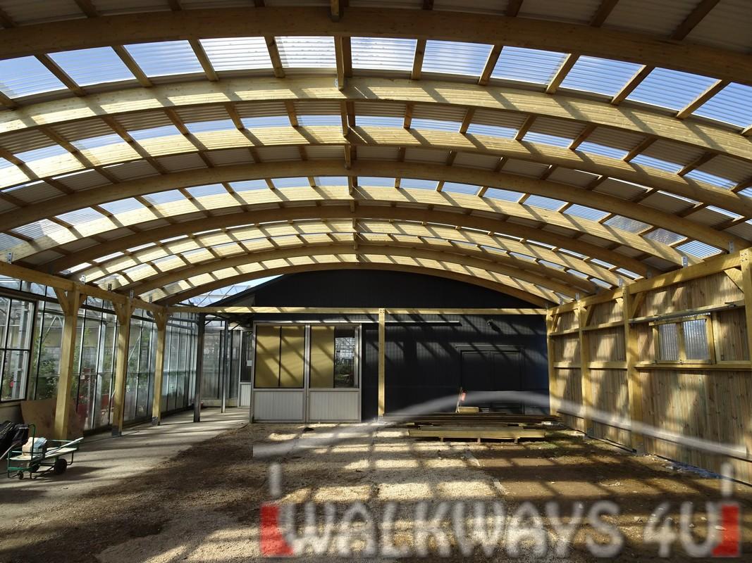 Photo  21. Innovations en constructions des b?timents en bois. Charpente poutres bois lamell? coll?, une couverture transparente polycarbonate