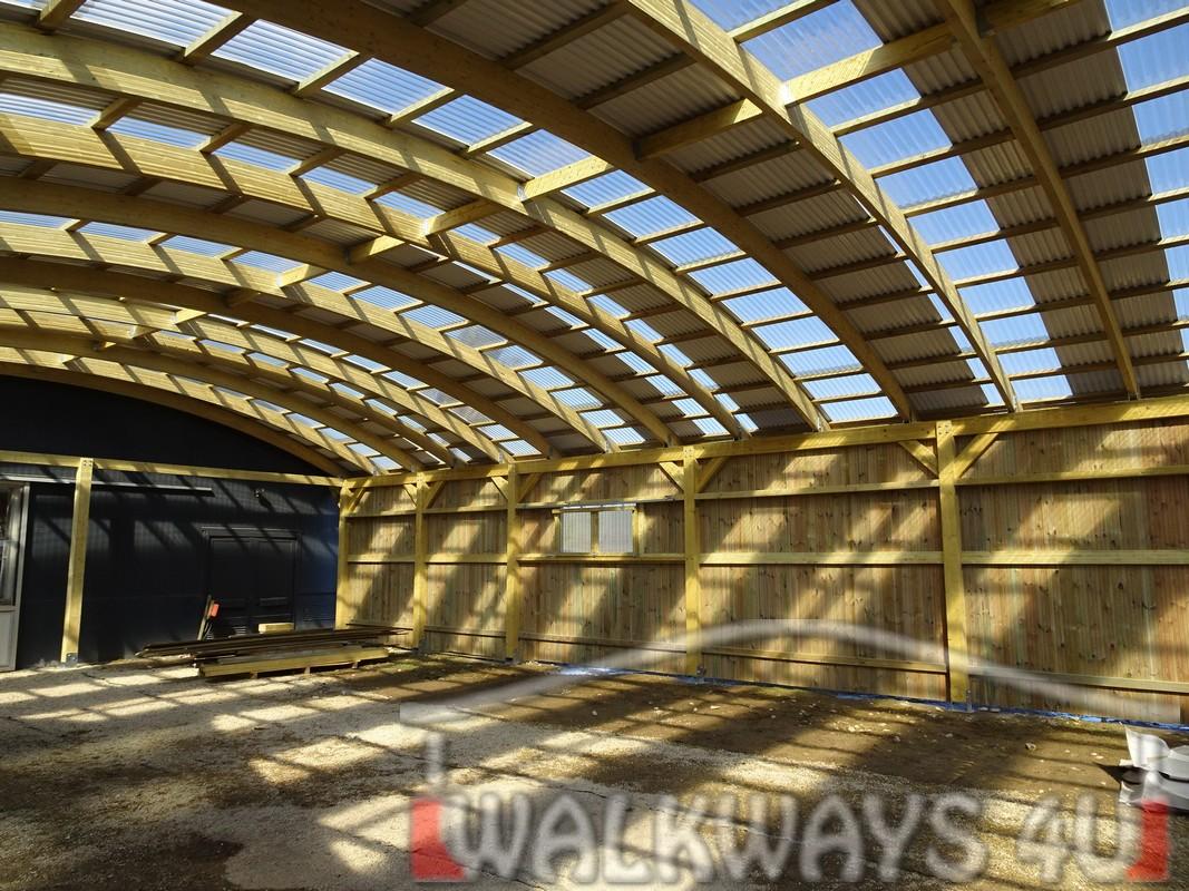 Photo  20. Innovations en constructions des b?timents en bois. Charpente poutres bois lamell? coll?, une couverture transparente polycarbonate