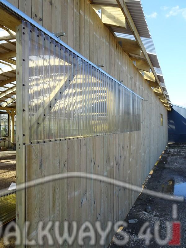 Photo 16 . Innovations en constructions des b?timents en bois. Charpente poutres bois lamell? coll?, une couverture transparente polycarbonate