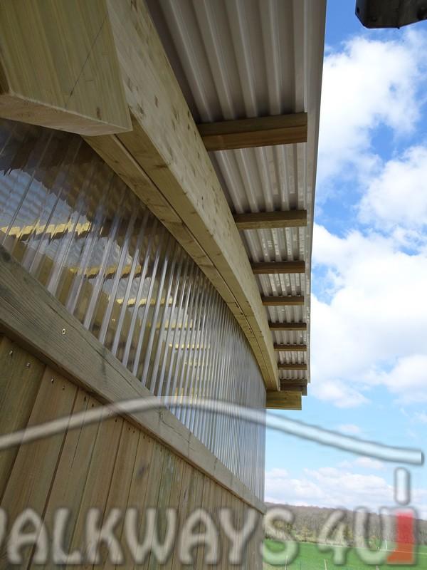 Photo 12 . Innovations en constructions des b?timents en bois. Charpente poutres bois lamell? coll?, une couverture transparente polycarbonate