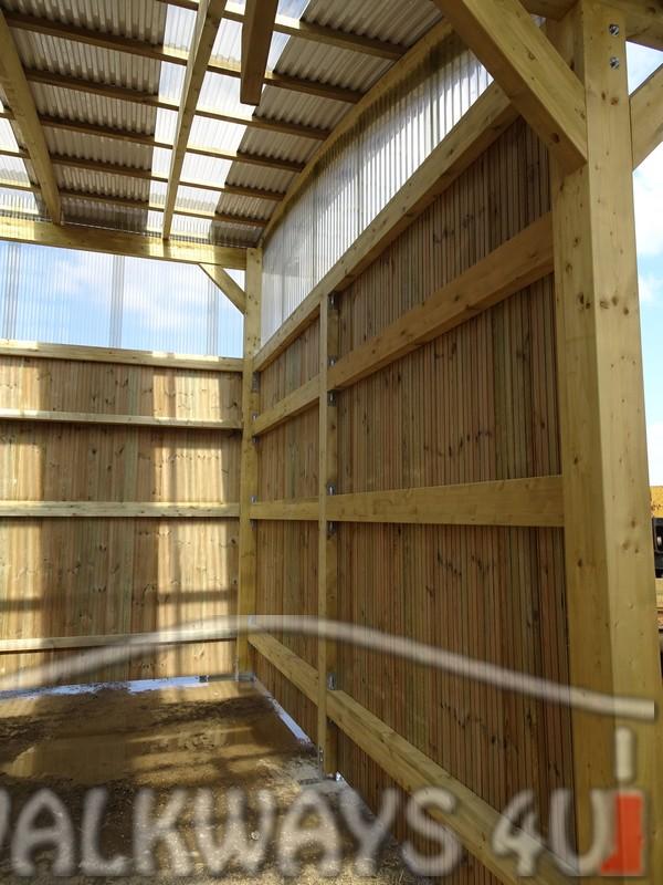 Photo 11 . Innovations en constructions des b?timents en bois. Charpente poutres bois lamell? coll?, une couverture transparente polycarbonate