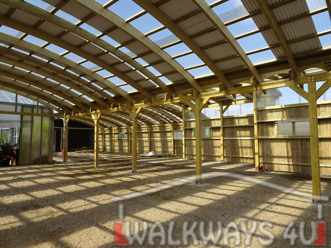 Photo 10 . Innovations en constructions des b?timents en bois. Charpente poutres bois lamell? coll?, une couverture transparente polycarbonate