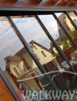 Zdj?cia nr 17. Zabudowa taras?w z dachem szklanym, drewniana konstrukcja, pokrycie szk?em warstwowym bezpiecznym hartowanym typ 44.2 lub poliw?glan