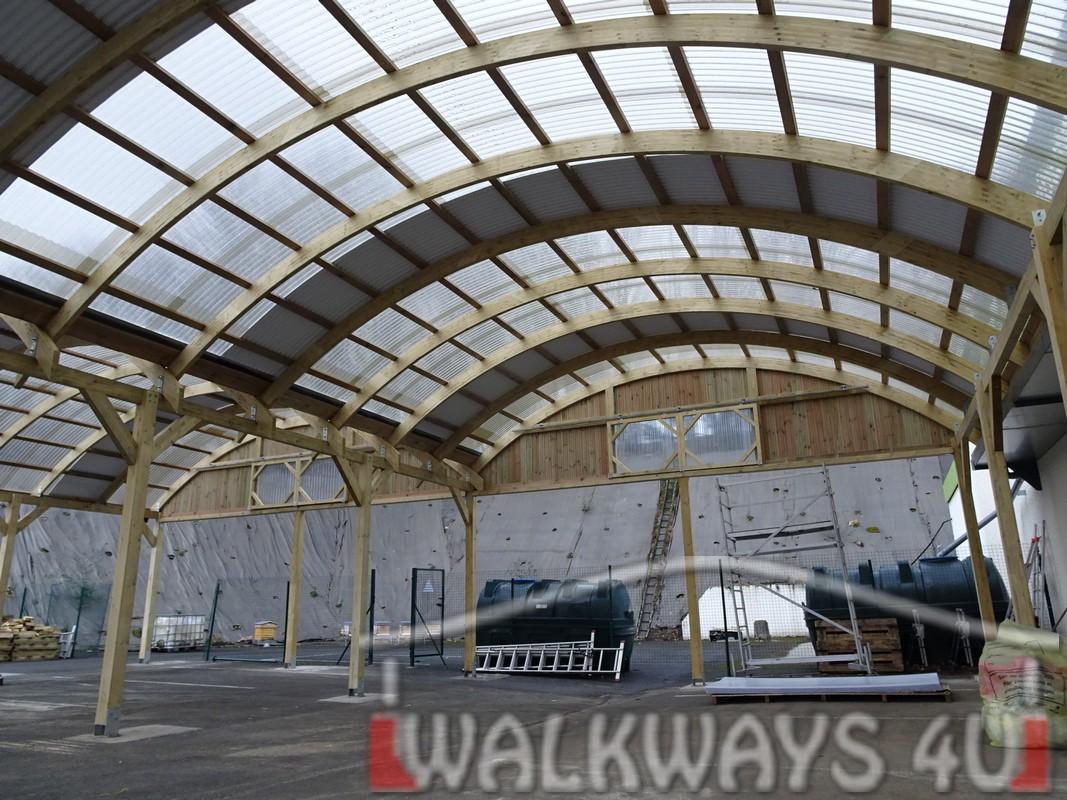 8 Wielkogabarytowe konstrukcje z drewna klejonego, zadaszone hale i wiaty drewniane, dachy z poliwęglanu PCV Onyx