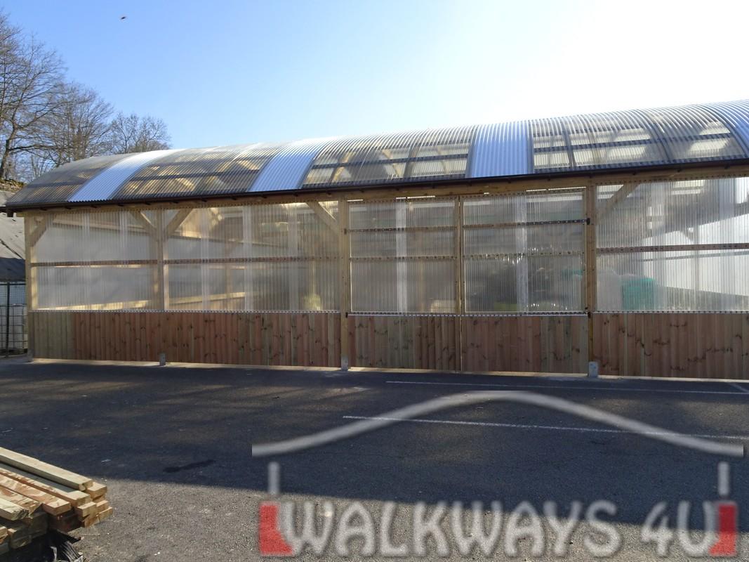 13 Wielkogabarytowe konstrukcje z drewna klejonego, zadaszone hale i wiaty drewniane, dachy z poliwęglanu PCV Onyx